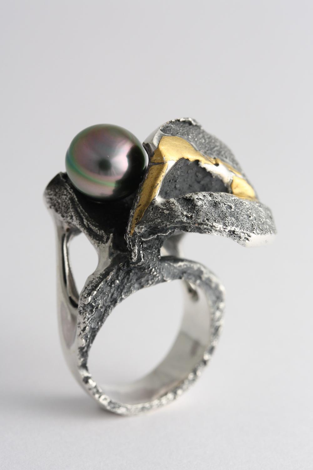 bague 23019B, arg.ster., or 24kt., kum-boo, 1 perle de Tahiti, cire perdue, années 2000, photo-Michel Gauvin